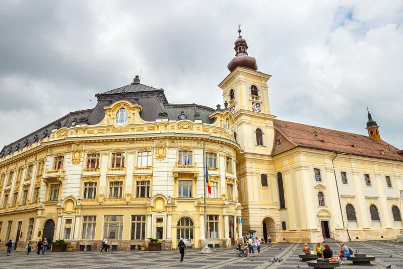 A praça da cidade velha no centro histórico de Sibiu foi construída no século XIV, Romênia imagens de stock