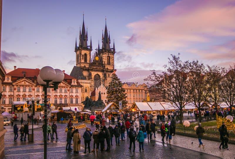 Praça da cidade velha romântica de Praga no crepúsculo com mercado tradicional do Natal do christkindlmarkt imagem de stock royalty free
