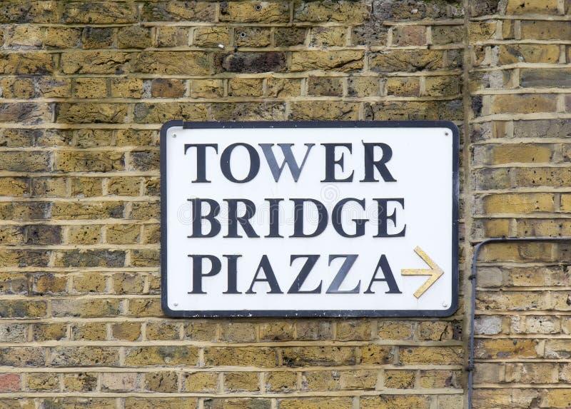 A praça da ponte da torre assina dentro Londres foto de stock
