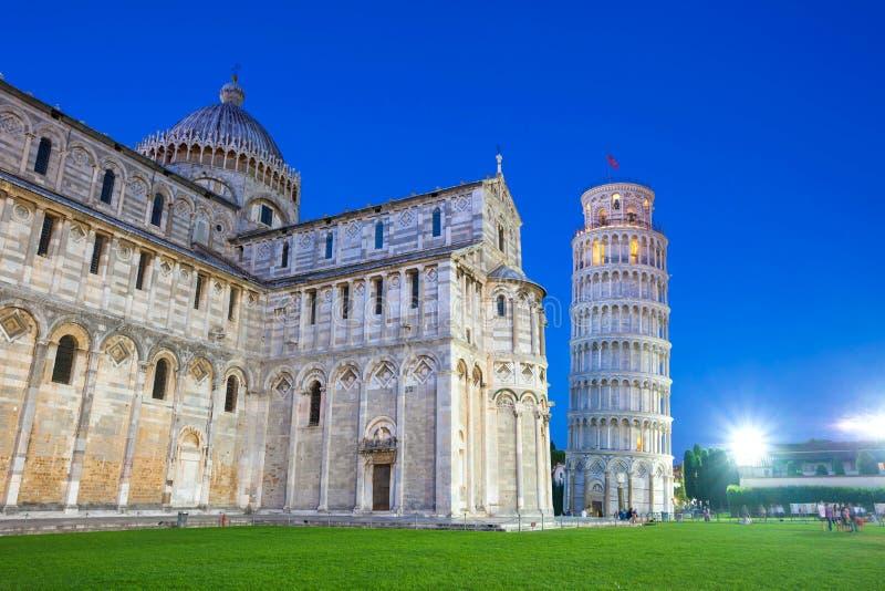 Praça del Domo com torre de Pisa e a catedral iluminou a fotos de stock royalty free