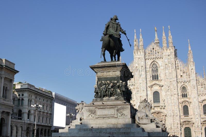 A praça del Domo Milão, igreja arquitetónica branca famosa sob o céu azul em Milão, a igreja a maior da catedral em Itália imagens de stock royalty free