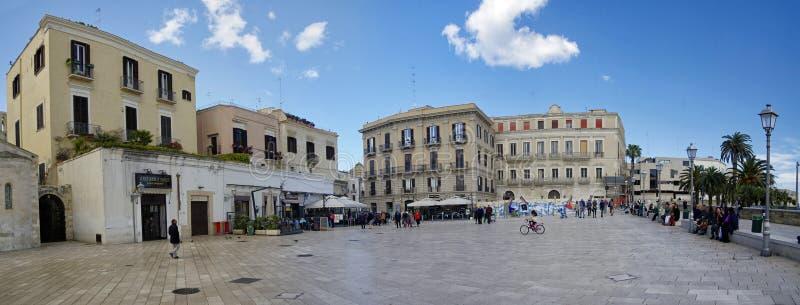 Praça del Ferrarese - o quadrado principal com porta à cidade velha Bari Apulia ou Puglia Italy foto de stock royalty free