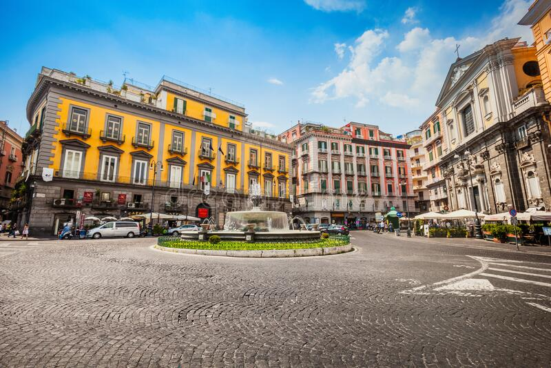 Praça Nápoles no centro histórico da cidade, Artichoke Fountain Céu azul fotos de stock