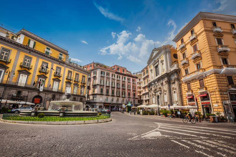 Praça Nápoles no centro histórico da cidade, Artichoke Fountain Céu azul fotografia de stock