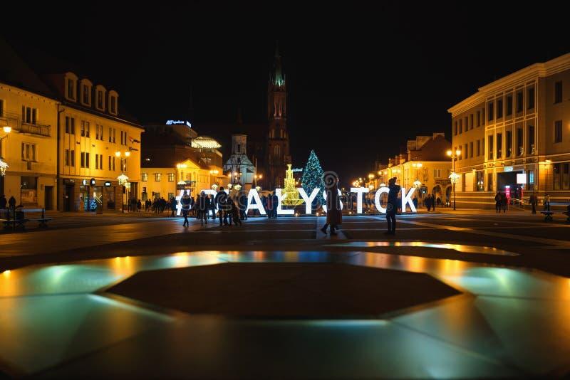 Praça principal iluminada de Kosciusko com Basilica em Bialystok, Polônia, hora de Natal, cena noturna imagem de stock royalty free