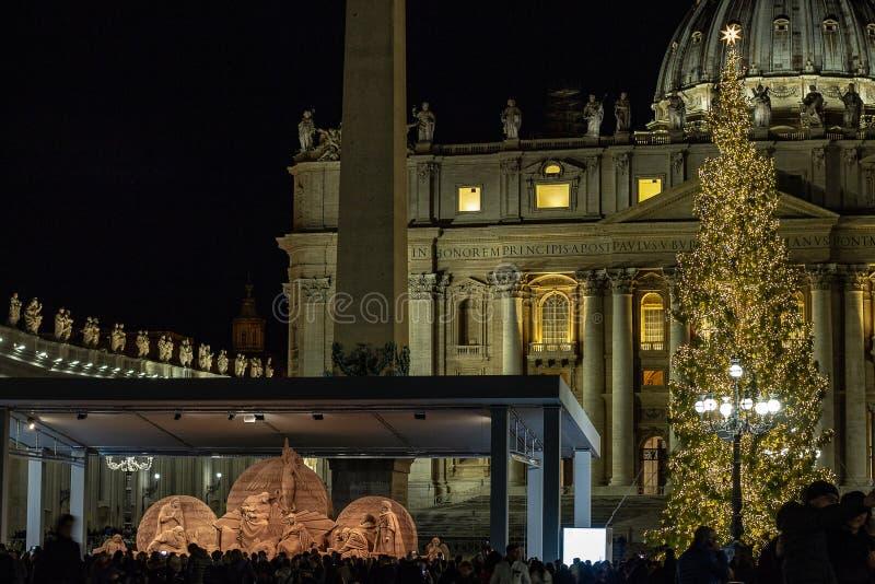 A praça San Pietro, a cena da natividade realizou com a areia de Jesolo, e a árvore de Natal decorada com luzes ouro-coloridas imagens de stock