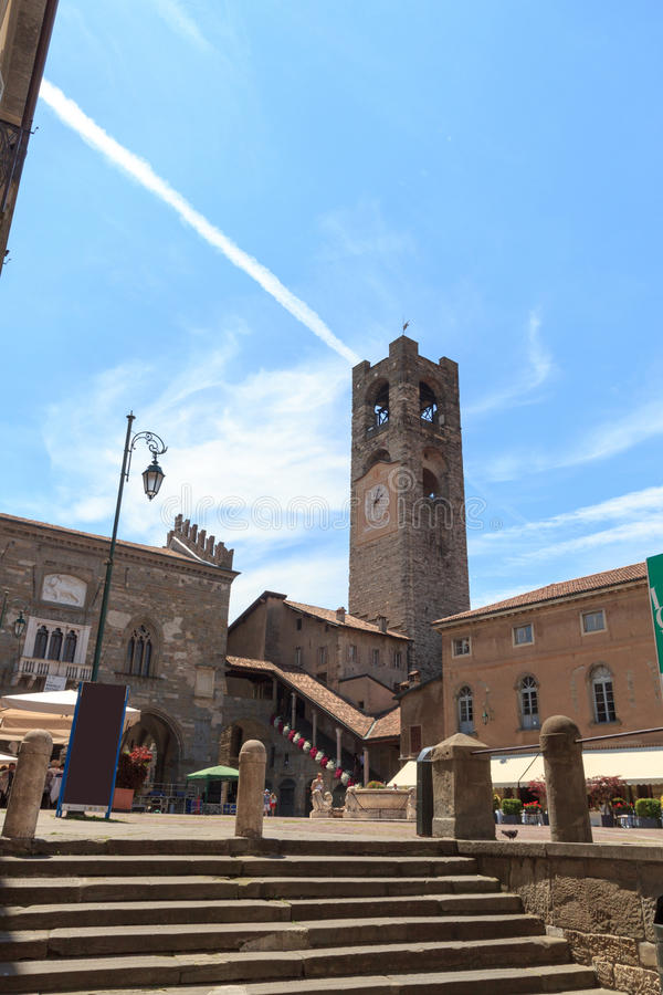 Praça Vecchia da praça da cidade e torre velha Torre Civica da cidade em Bergamo, Citta Alta imagens de stock royalty free