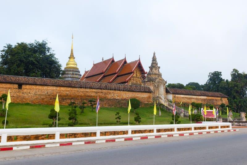 Pra för LAMPANG THAILAND Wat som Lampang Luang Buddistisk tempel för Lanna stil i det Lampang landskapet fotografering för bildbyråer