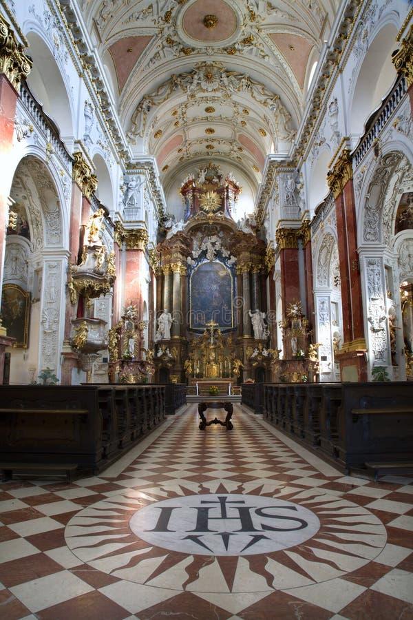 Praag - binnenland van de kerk van Jezuïeten stock fotografie