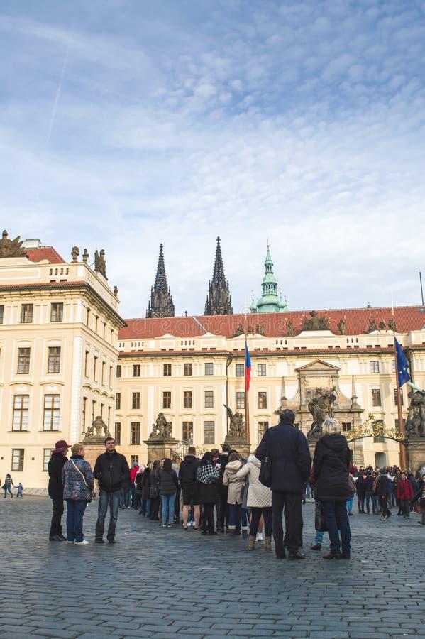 Praag, Bohemen/Tsjechische Republiek - November 2017: toerist die in de rij wachten om het kasteelgrondgebied van Praag op een zo royalty-vrije stock afbeelding