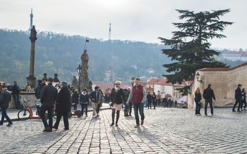 Praag, Bohemen/Tsjechische Republiek - November 2017: Toeristen op het meningspunt dichtbij het kasteel van Praag op een zonnige  royalty-vrije stock foto