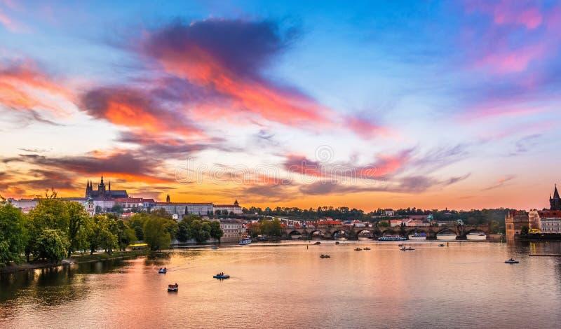 Praag, Charles-brug in zonsondergang stock foto's