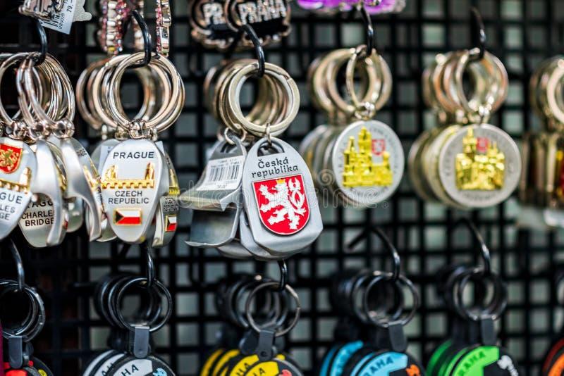 PRAAG, CZECHIA - 10TH APRIL 2019: Traditionele Tsjechische Sleutelringsherinneringen voor verkoop in een toeristenwinkel in Praag stock foto