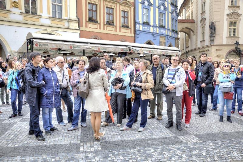 praag De gids spreekt met toeristen stock afbeeldingen