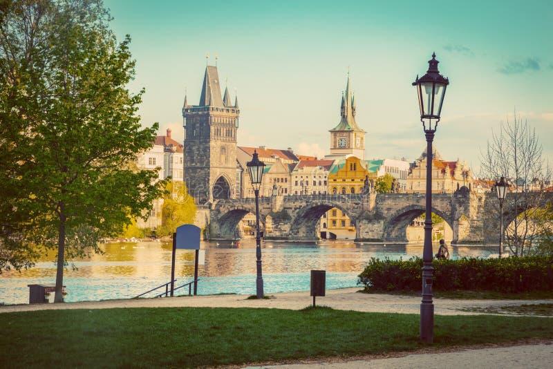 Praag, de horizon van de Tsjechische Republiek met historisch Charles Bridge en Vltava-rivier wijnoogst stock afbeelding