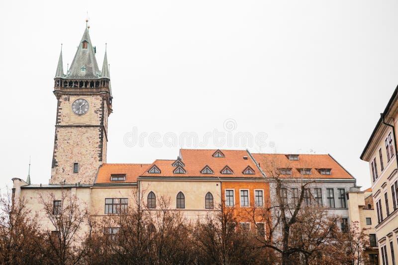 Praag, 13 December, 2016: BBeautiful historische gebouwen met rode binnen tegels op het dak en de klokketoren op vierkant stock foto's