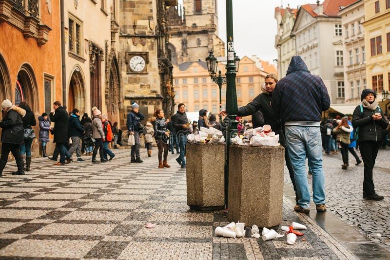 Praag, 24 December, 2017: Een overvolle vuilnisbak op het hoofdvierkant van Praag ` s tijdens de Kerstmisvakantie Heel wat mensen stock foto's