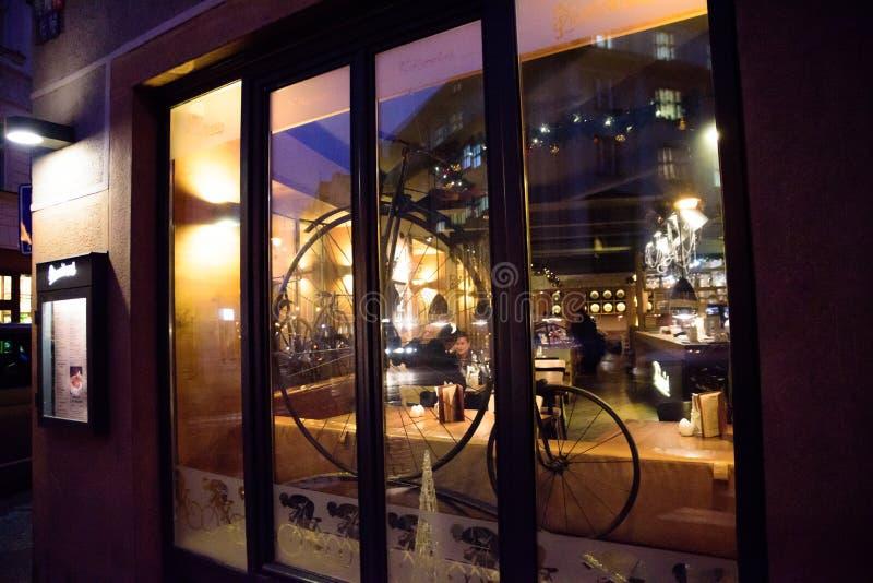 PRAAG - DECEMBER 07: restaurantvenster dat met een antiqu wordt verfraaid stock foto's