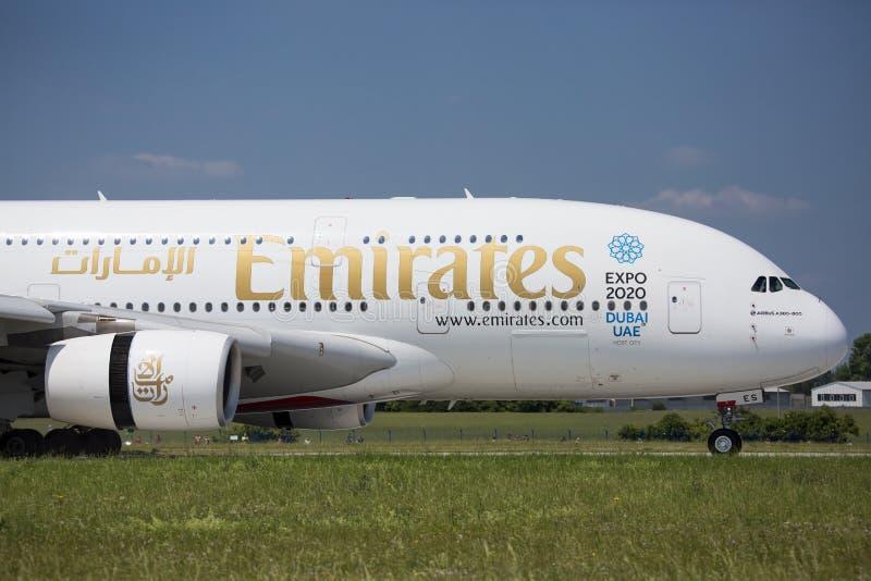 PRAAG - 1 juli, 2015: De Luchtbus van emiraten A380 in Vaclav Havel Airport Prague op 1 Juli, 2015 stock foto