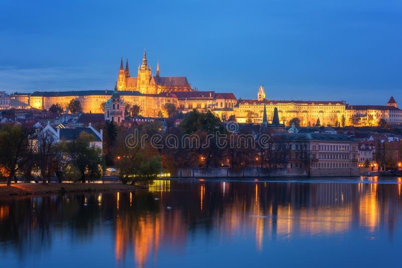 Praag, mening van het verlichte kasteel Prazsky Hrad van Praag met bezinning in het water, nacht toneelcityscape, Tsjechische Rep stock afbeeldingen