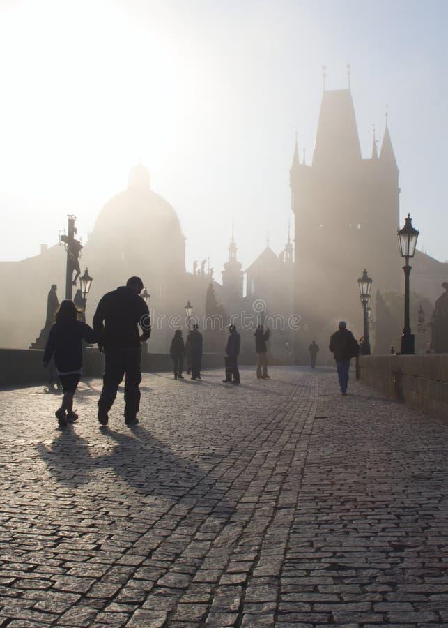 Praag in ochtend - Charles brug in mist royalty-vrije stock afbeelding