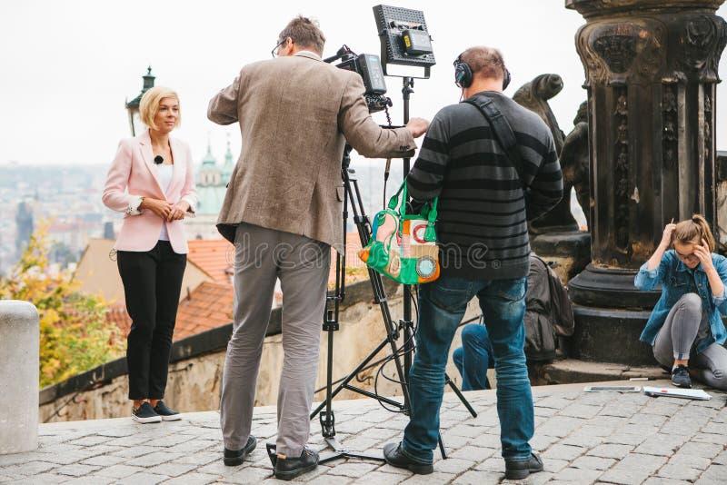 Praag, 28 Oktober, 2017: Team van exploitanten en journalistenspruitrapport naast het Kasteel van Praag stock afbeelding