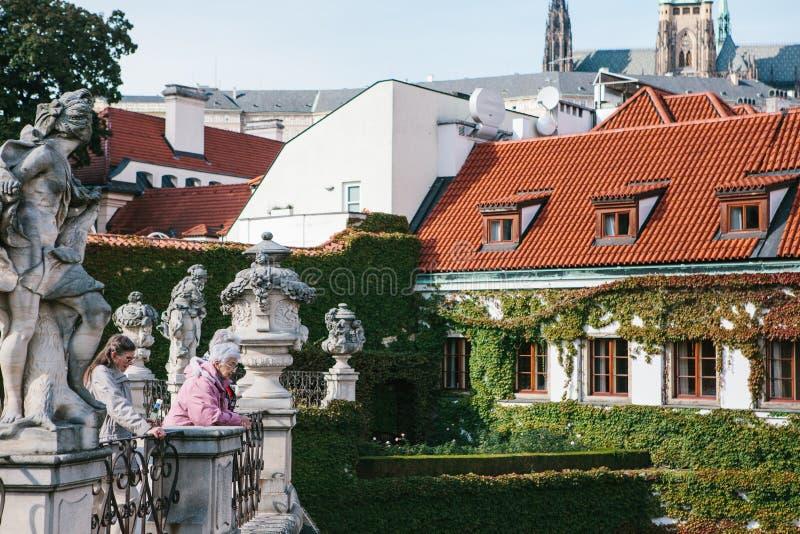 Praag, 18 September, 2017: De bejaarden of de vrienden, de toeristen of de gepensioneerden, plaatselijke bewoners bekijken de mid royalty-vrije stock afbeelding