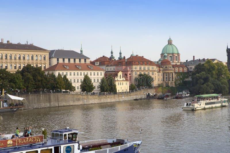 PRAAG, 15 SEPTEMBER, 2014: Motorschepen, het lopen toeristenschepen, op de rivier Vltava in Praag, Tsjechische Republiek royalty-vrije stock afbeelding
