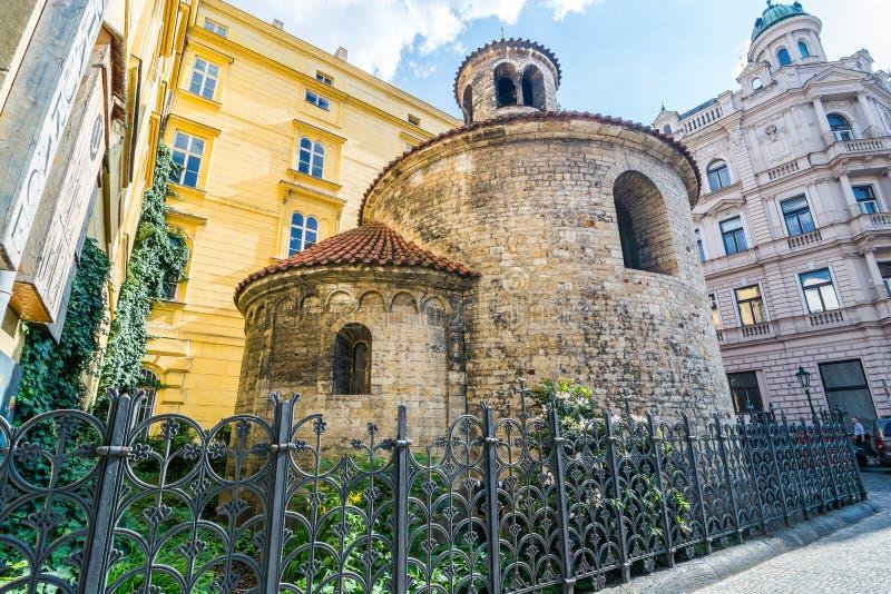 Praag, Tsjechië - 25 mei 2018 Rotunda of the Finding of the Heilige Kruis in Konviktska street royalty-vrije stock afbeeldingen