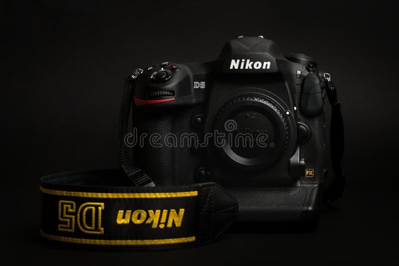 PRAAG, TSJECHISCHE REPUBLIEK - 25 APRIL, 2016: Nieuw professioneel hoogste model, DSLR Nikon D5, in de donkere foto stock fotografie