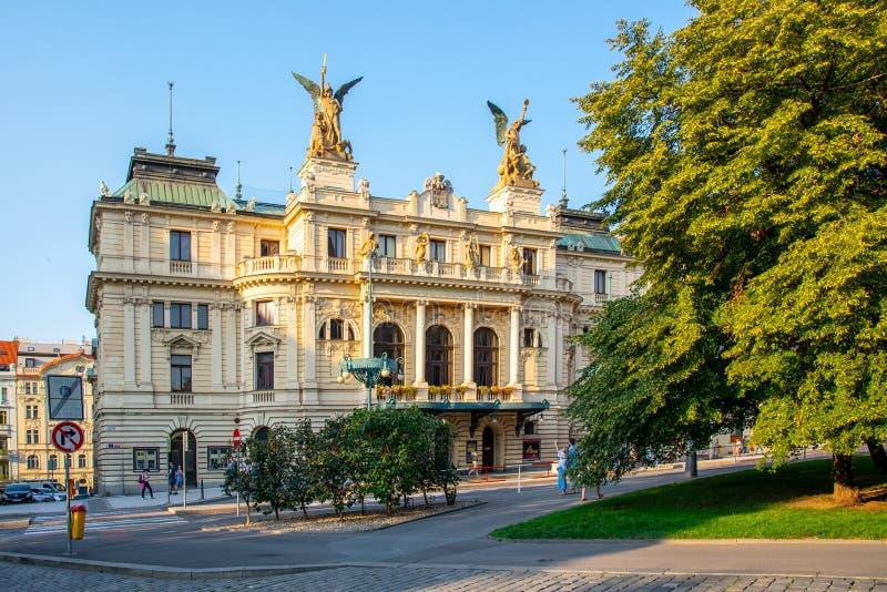 PRAAG, TSJECHISCHE REPUBLIEK - 17 AUGUSTUS, 2018: De historische bouw van Vinohrady-Theater in Praag, Tsjechische Republiek stock foto