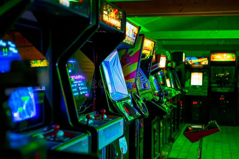 PRAAG - TSJECHISCHE REPUBLIEK, 5 Augustus, 2017 - Zaal hoogtepunt van van jaren '90era Klassiek Arcade Video Games stock foto's