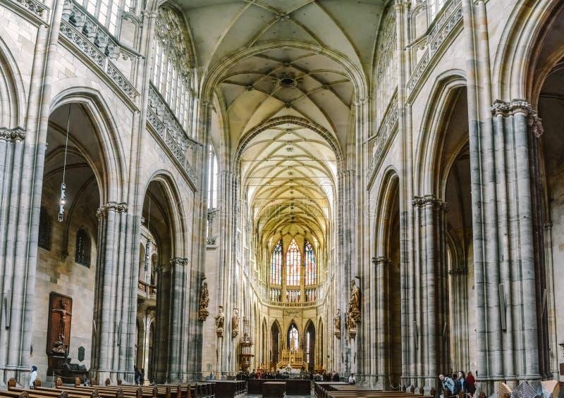 Praag/Tsjechische Republiek - 08 09 2016: Binnenland van St Vitus Cathedral Historische Gotische architectuur royalty-vrije stock foto's