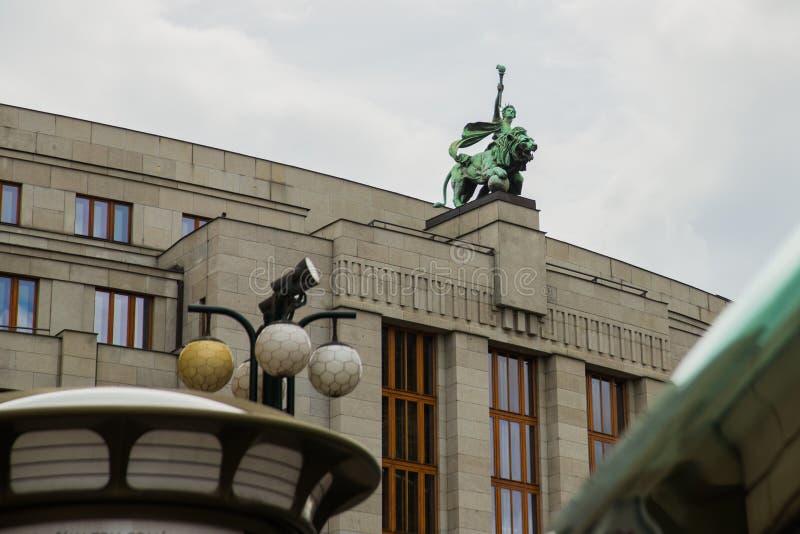 Praag, Tsjechische Republiek: De bouw met een standbeeld op het dak van het Vierkant van de Republiek De mooie bouw in het histor royalty-vrije stock afbeelding