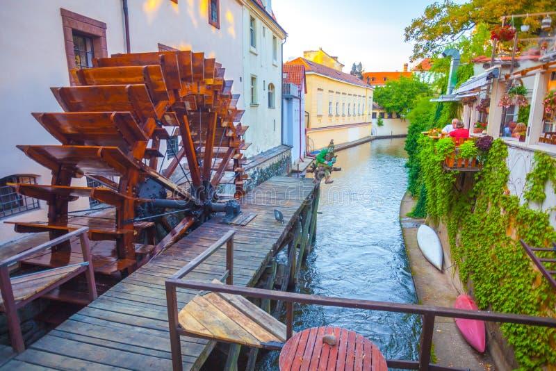 PRAAG, TSJECHISCHE REPUBLIEK - 20 08 2018: De houten watermolen van Praag royalty-vrije stock afbeeldingen