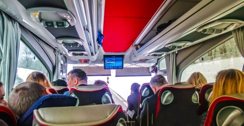 Praag, Tsjechische republiek - 30 December, 2017: Groep toeristenzitting in de bus en het kijken door de busvensters stock foto's