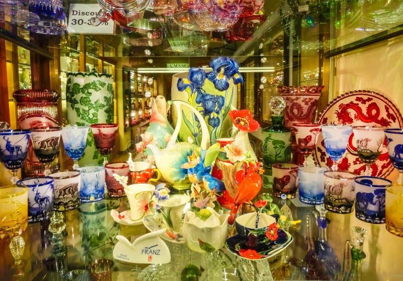 Praag, Tsjechische Republiek - 31 December, 2017: Wijnglazen van Boheems glas in de winkel, Praag, Tsjechische Republiek stock fotografie