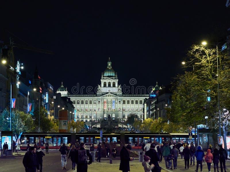 Praag, Tsjechische Republiek - 02 die Nov., 2018 Mensen Wenceslas Square lopen 's nachts terwijl het Tram Openbare Vervoer de scè royalty-vrije stock foto
