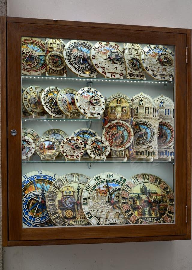 Praag, Tsjechische Republiek Een show-venster met herinneringsmodellen van de astronomische klok van Praag (chiming klok) royalty-vrije stock afbeelding