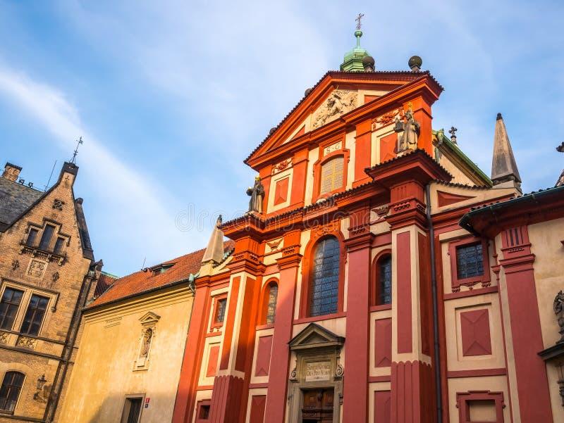 PRAAG, TSJECHISCHE REPUBLIEK - 19 FEBRUARI, 2018: St George ` s Basiliek in het Kasteel vooraanzicht van Praag van de belangrijks stock afbeelding