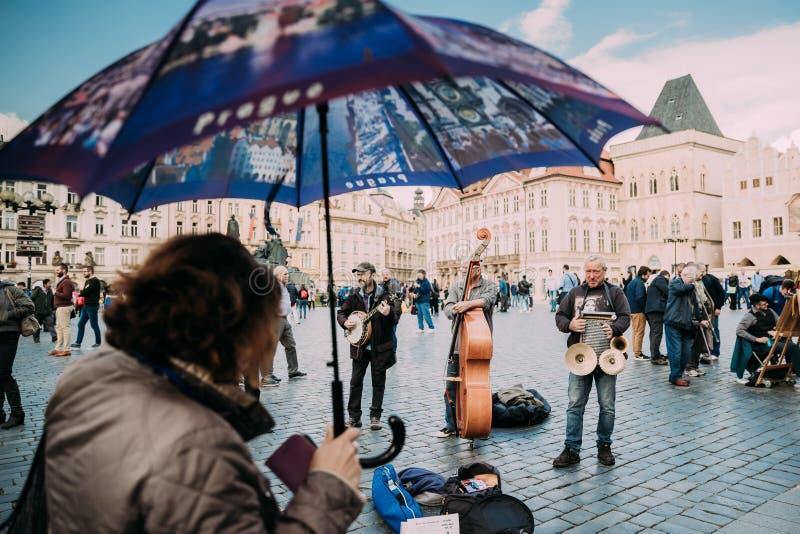 Praag, Tsjechische Republiek Het Vierkant van straatbusker Performing Jazz Songs At Old Town in Praag Busking is Rechtsvorm van stock fotografie
