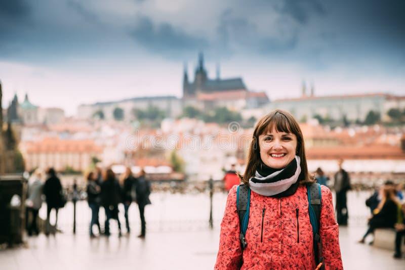 Praag, Tsjechische Republiek Jonge Kaukasische Vrouw die in Straat glimlachen stock afbeelding