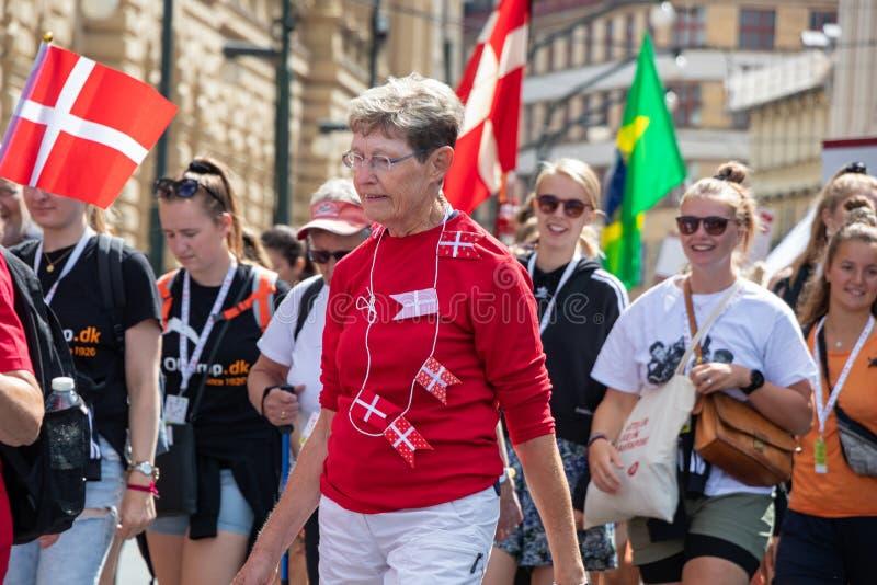 PRAAG, TSJECHISCHE REPUBLIEK - 1 JULI, 2018: Deense bezoekers die in Sokolsky Slet, zodra-elk-zes-jaren het verzamelen paraderen  royalty-vrije stock afbeeldingen