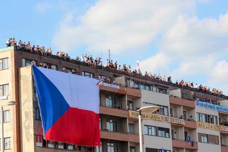 Praag, Tsjechische Republiek - 23 Juni 2019: De mensen op een dak van de ondersteunende bouw protesteren tegen Eerste minister Ba royalty-vrije stock fotografie