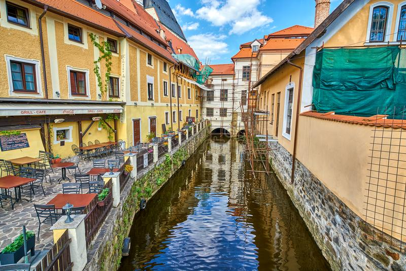 PRAAG, TSJECHISCHE REPUBLIEK - 13 JUNI 2017: Een kanaal van de Vltava-rivier met oude architectuur en gezellig ouderwets restaura royalty-vrije stock afbeeldingen