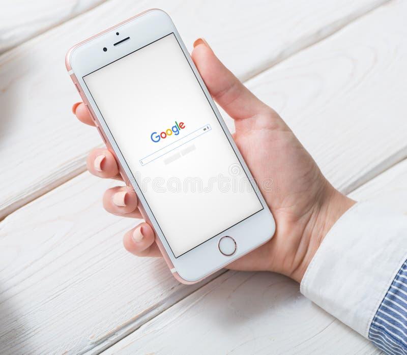 PRAAG, TSJECHISCHE REPUBLIEK - 2 JUNI, 2016: Google-onderzoekspagina op een iPhone 6 vertoning Knippend inbegrepen weg royalty-vrije stock fotografie