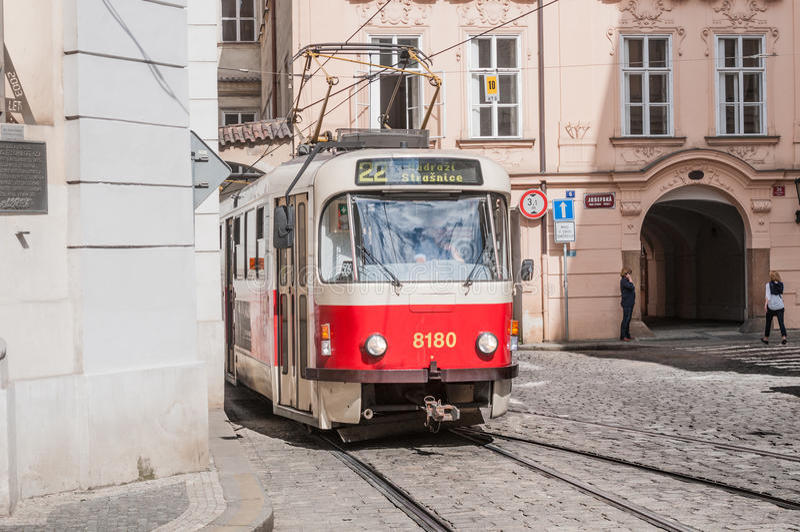 PRAAG, TSJECHISCHE REPUBLIEK - 19 JUNI, 2016: Retro trams Tatra T3R royalty-vrije stock fotografie