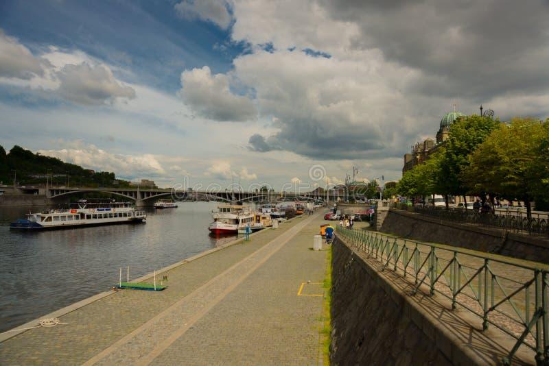 Praag, Tsjechische Republiek: Koepel van het Ministerie van de Industrie en Handel van het Gebouw van de Tsjechische Republiek me stock foto's