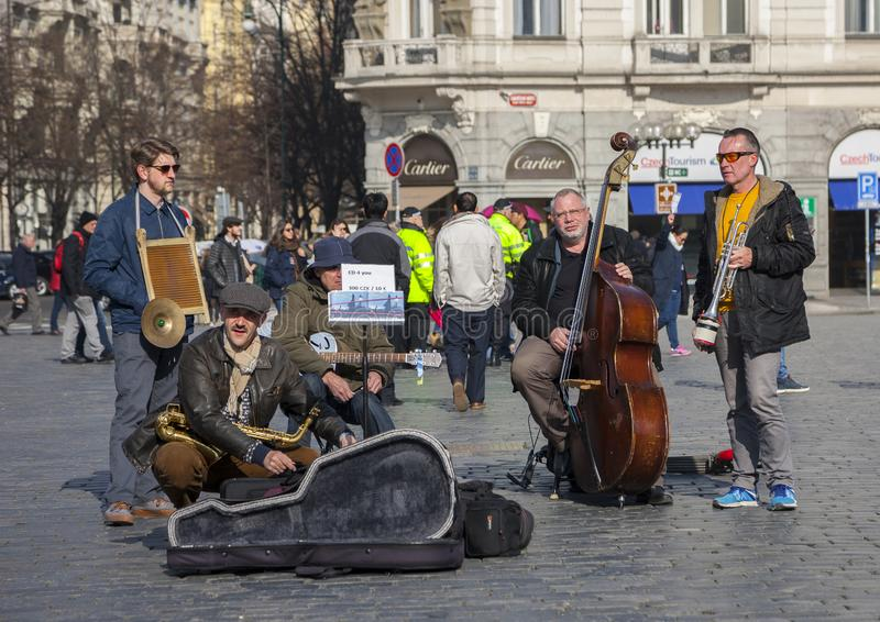 Praag, Tsjechische Republiek - 13 Maart, 2017: Kwartet van Musici die muzikale instrumenten voor toeristen op de straat in Praag  royalty-vrije stock fotografie