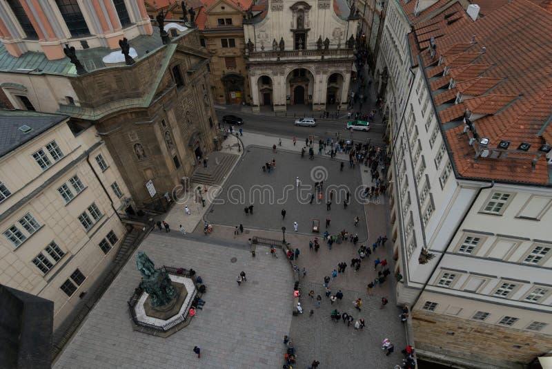 Praag, Tsjechische Republiek - mag, 1 2016: Weergeven vanaf de bovenkant van de Oude Toren van de Stadsbrug in Praag stock afbeeldingen